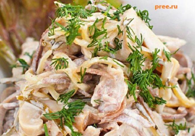 Горячий мясной салат с грибами и корнишонами
