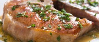 Свиные котлеты на косточке с соусом гремолата