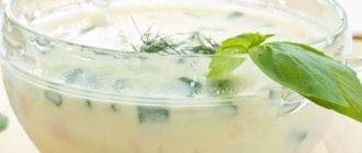 Кефирный суп охлажденный с огурцами и зеленым базиликом